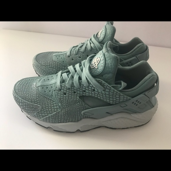 best loved 0dc1f 8eee0 Women's Air Huarache Snake SZ 8, fits like a SZ 7